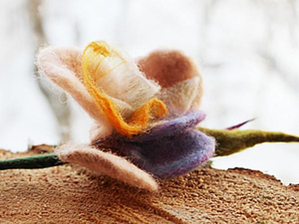 Брошь-роза из войлока и органзы   Ярмарка Мастеров - ручная работа, handmade