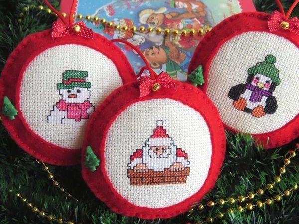 Красные фетровые игрушки с вышивкой Дед Мороз Снеговик Пингвин   Ярмарка Мастеров - ручная работа, handmade